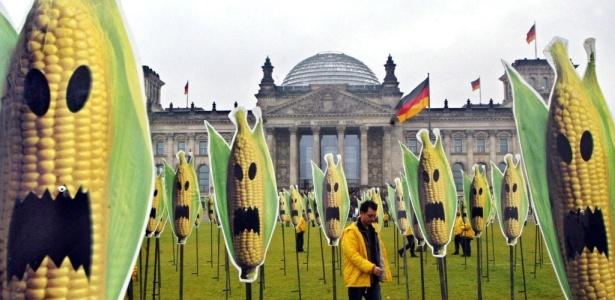 protesto-contra-os-transgenicos-ativista-do-greenpeace-caminha-por-campo-em-que-foram-fincadas-200-estacas-com-cartazes-que-imitam-espigas-de-milho-com-mascaras-de-halloween-em-berlim-alemanha-1272508153276_615x300