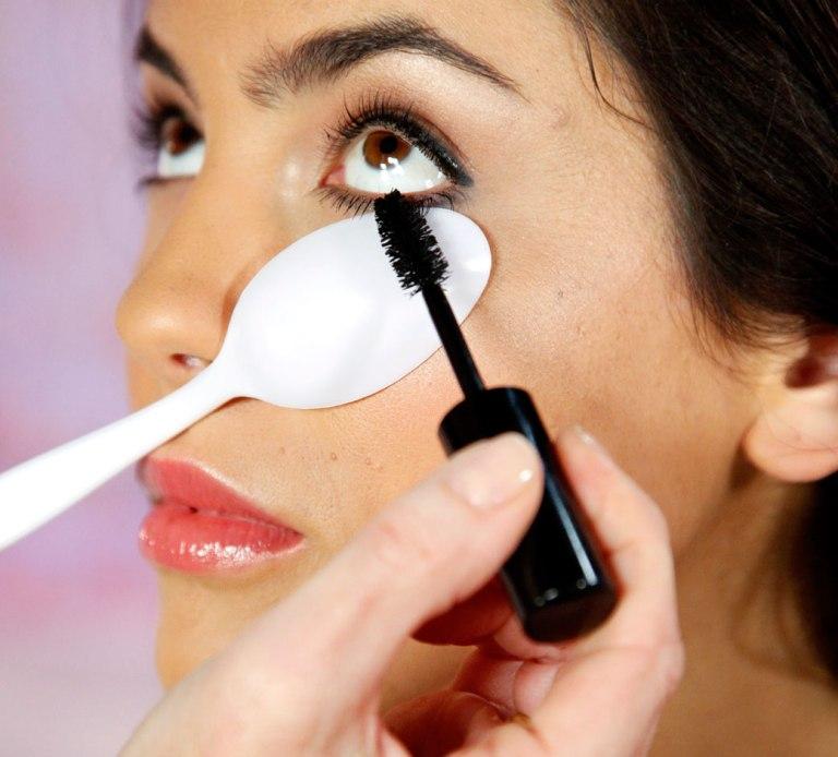 beauty-basics-mascara-spoon-FSrb0803091