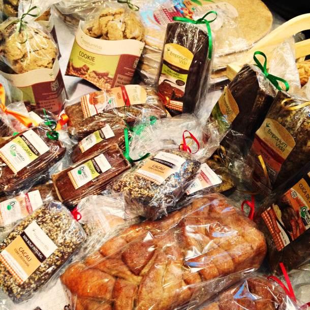 Produtos da Emporium Vida. A marca oferece bolos, pães, cookies, congelados e muitos outros produtos veganos, integrais e orgânicos certificados.