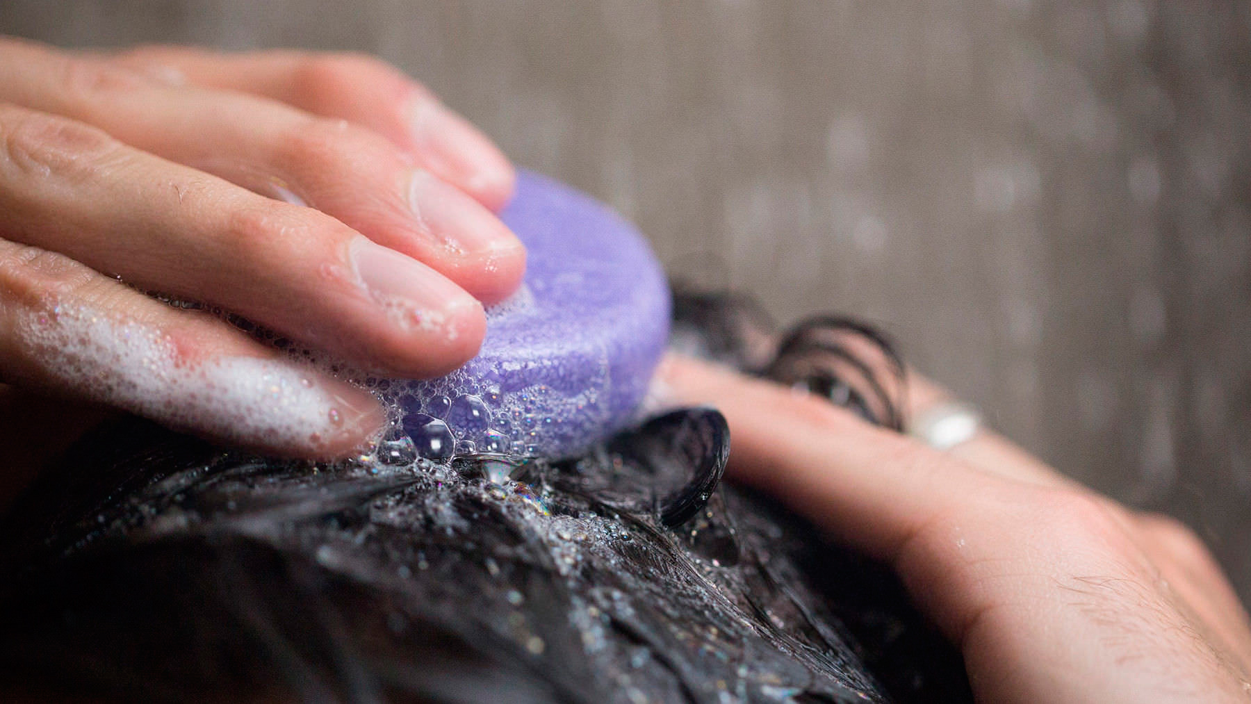 Como usar shampoo sólido